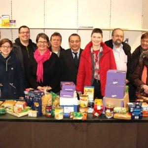 Die SPD-Delegation hat haltbare Lebensmittel mitgebracht, worüber sich die Tafel-Vorsitzende Hannelore Finkernagel (6. v.l.) und Beirat Peter Radl (r.) freuen.